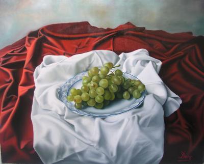 Plato de uvas sobre pliegues